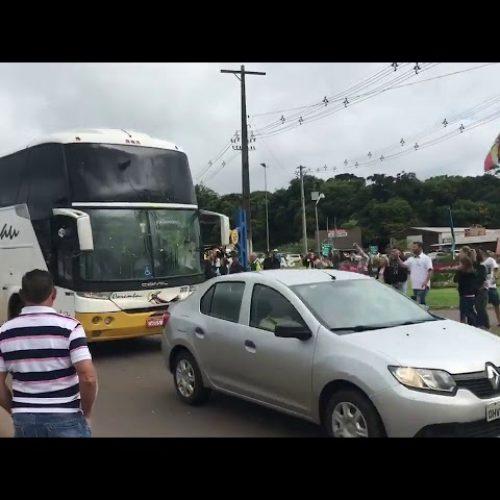 Caravana de Lula é atacada com pedras e ovos em Santa Catarina; ASSISTA