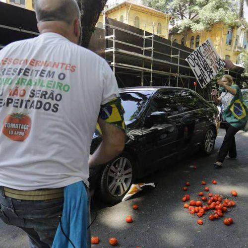 Gilmar Mendes é recebido com tomates ao chegar a evento em SP