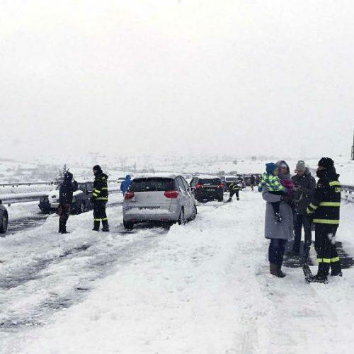 Neve deixa centenas de motoristas presos em estrada da Escócia