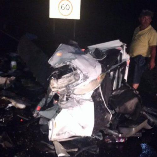 Jaguaquara: Caminhão fica destruído e motorista sobrevive a acidente na Serra do Mutum