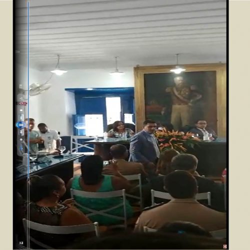 Prefeito de Cachoeira abandona sessão solene após se irritar com críticas de professor; ASSISTA