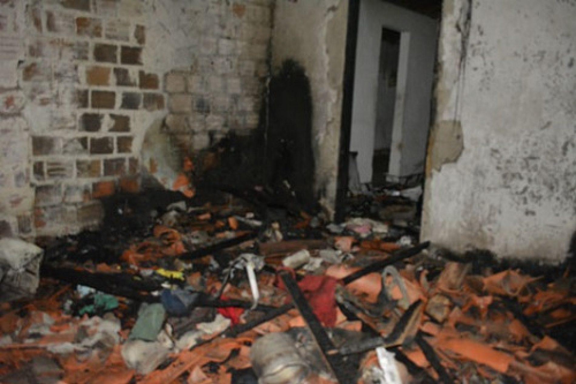 Acusado de abusar de 2 netas tem casa incendiada em Santaluz