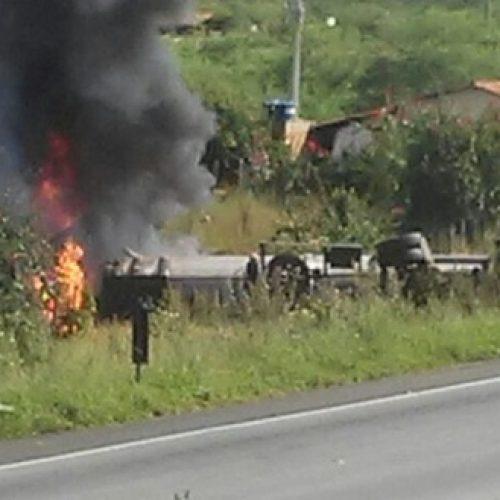 Jequié: Colisão entre carro e carreta deixa um morto na BR-116