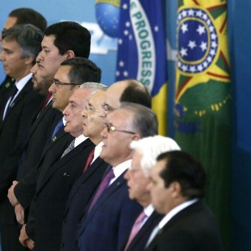 De uma só vez, Temer empossa 10 novos ministros; confira lista