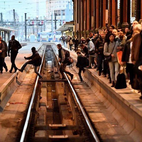 Com milhões de pessoas afetadas, França vive segundo dia de greve nos trens