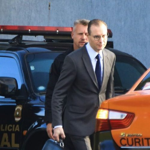 Lula ainda não tomou banho de sol após prisão, diz advogado