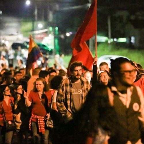 Lula passa primeira noite em cela da PF e militância promete vigília