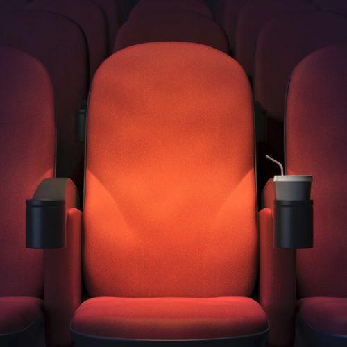 Mulher autista é expulsa de cinema por rir alto demais