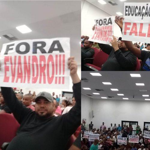 """Com cartazes """"Fora Evandro"""" e """"Educação Fálida"""" manifestantes protestam na Câmara de Vereadores de São Francisco do Conde"""