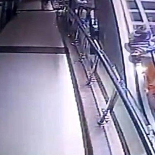 Vídeo. Casal tenta tirar selfie e bebê morre ao cair de escada rolante