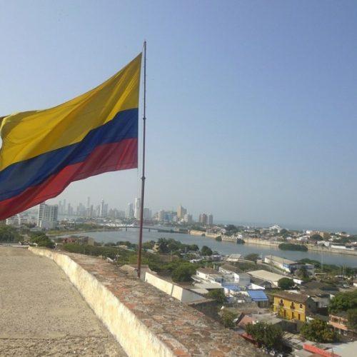 Conservador e ex-chavista levam eleição para segundo turno na Colômbia