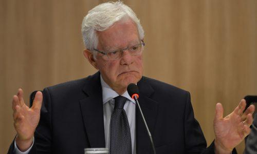 Governo estuda baratear preço do combustível, diz Moreira Franco