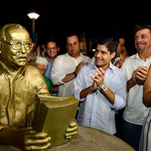 Pituba ganha mais brilho com requalificação da Praça Wilson Lins e estátua de João Ubaldo