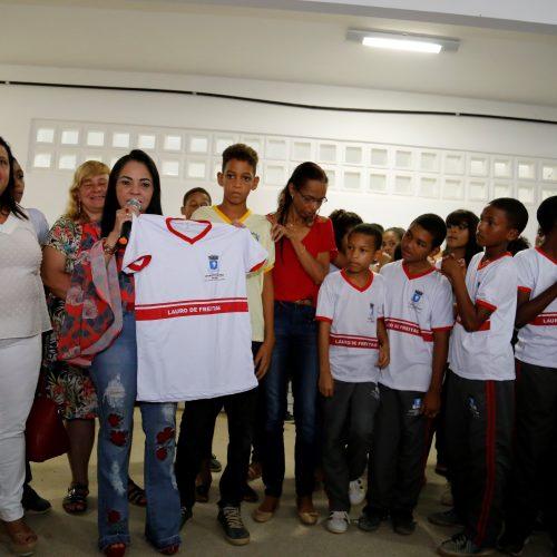 Lauro de Freitas: Prefeitura entrega uniformes a alunos da rede municipal