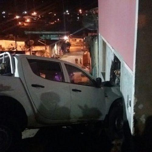 Veículo de Prefeitura de Aurelino Leal invade casa e deixa feridos