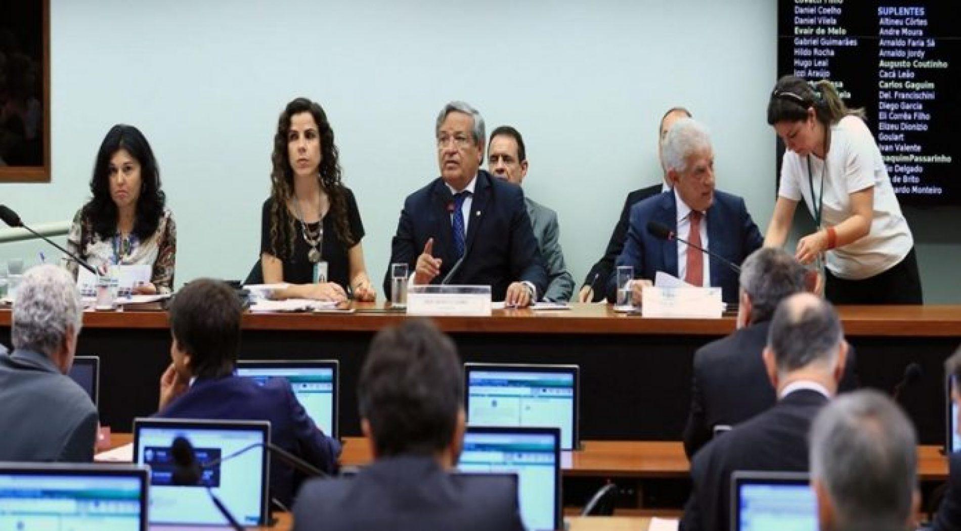 Deputados adiam votação do parecer sobre teto do funcionalismo