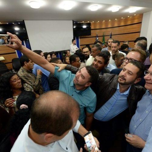 José Ronaldo e ACM Neto são recebidos com festa em Conquista
