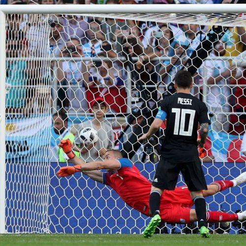 Messi perde pênalti e Argentina empata com Islândia