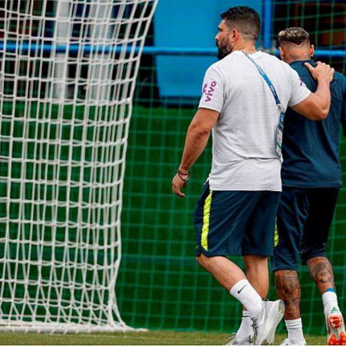 Neymar se queixa de dores no tornozelo direito e deixa treino