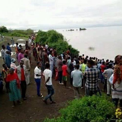 Pastor é morto por crocodilo durante batismo em lago