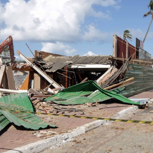 Prefeitura faz demolição de antiga churrascaria no Jardim dos Namorados