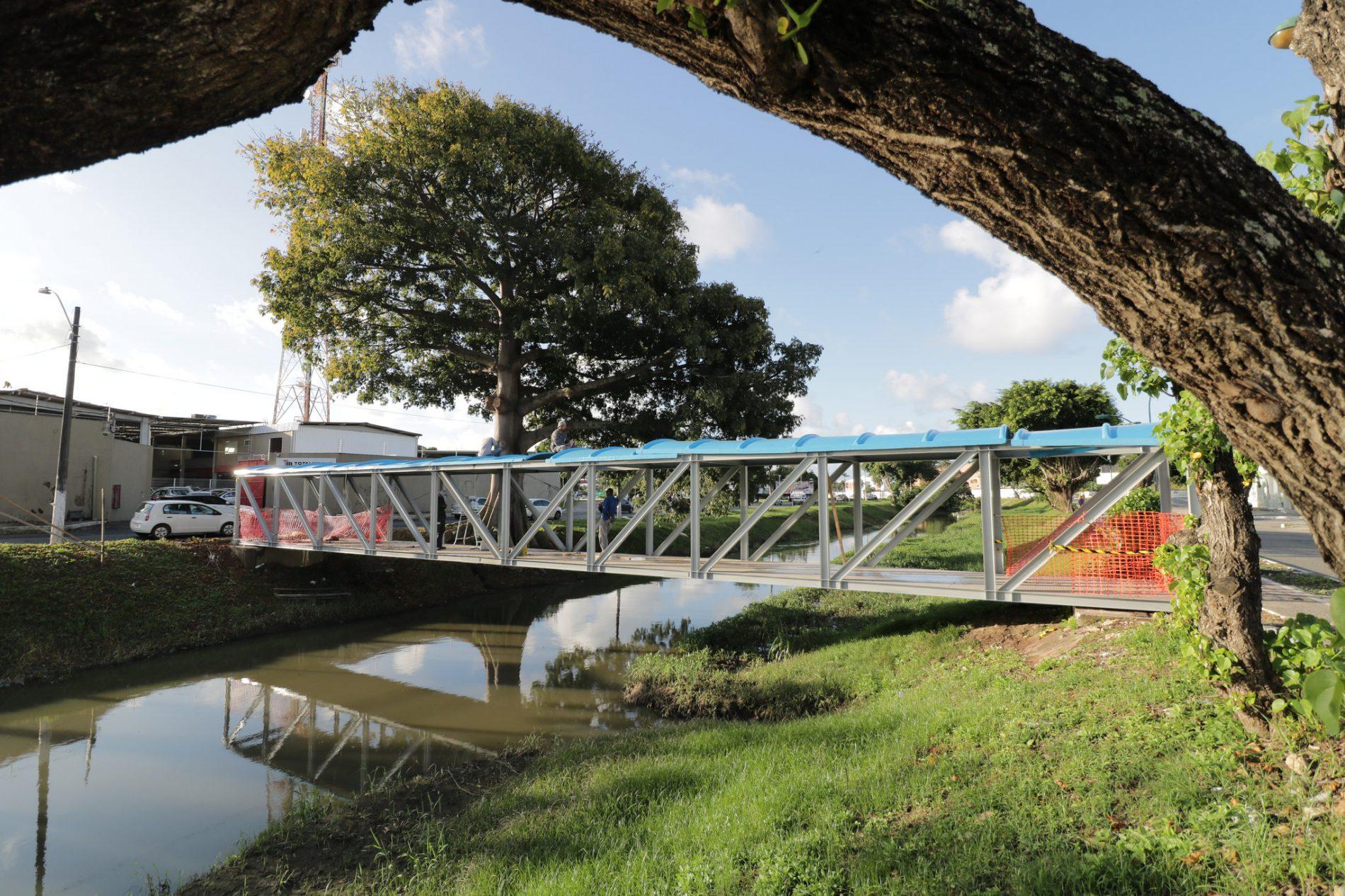 Prefeitura recupera passarela da Avenida Beira Rio, em Lauro de Freitas