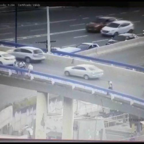 Agente da Transalvador resgata homem que ameaçava pular de viaduto; ASSISTA