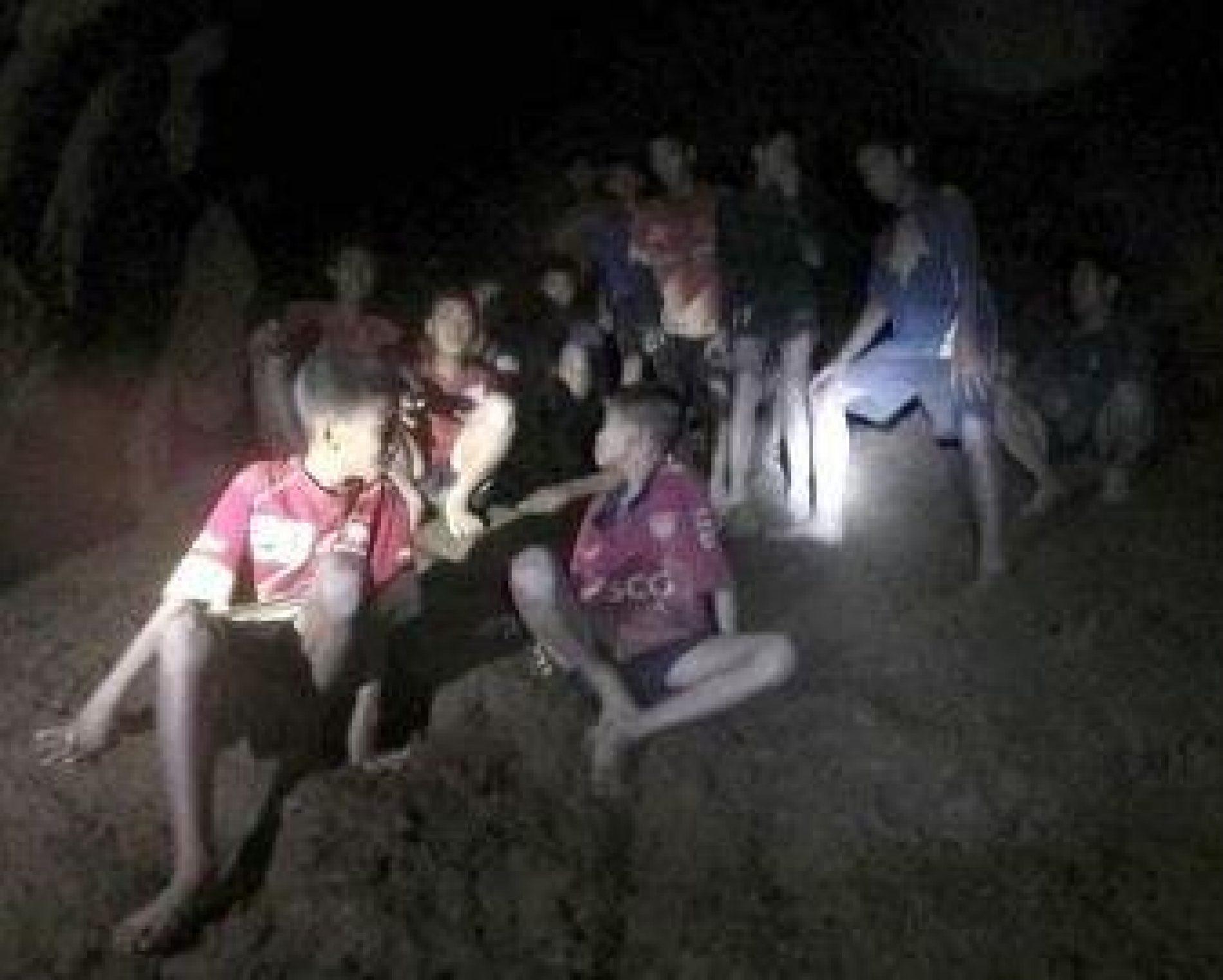 Após retirar 4 garotos de caverna, resgate é suspenso na Tailândia