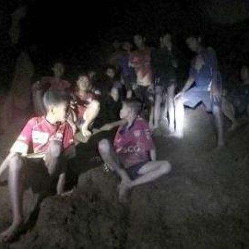 Mais dois meninos são resgatados por socorristas da caverna na Tailândia