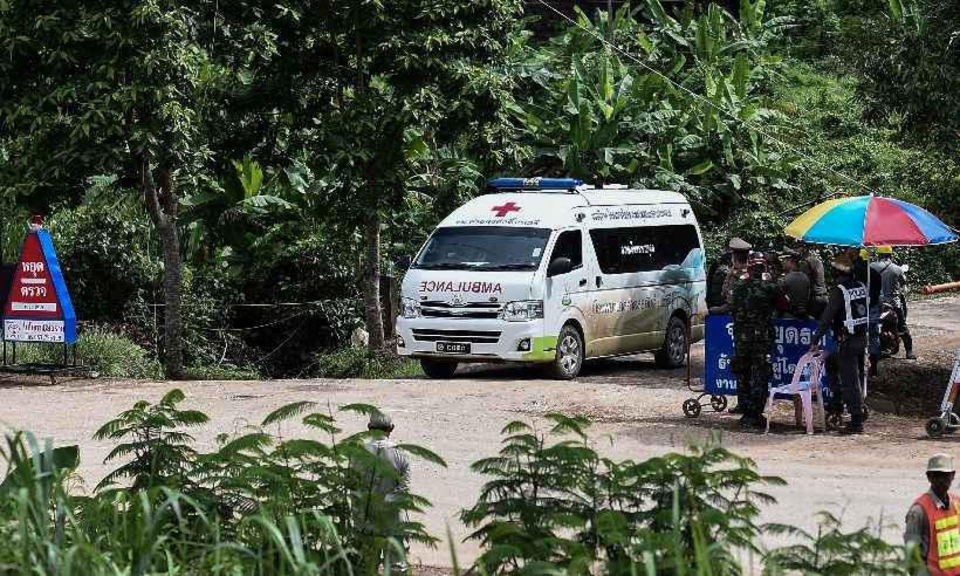 Os 12 meninos e o técnico do time de futebol são resgatados da caverna na Tailândia