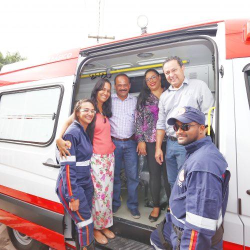 Camaçari: Prefeitura entrega ambulância e dois carros para Sesau