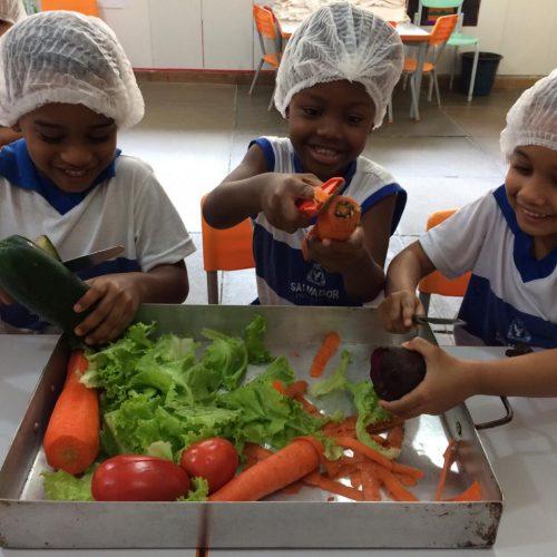 Projeto escolar ensina crianças a terem alimentação saudável