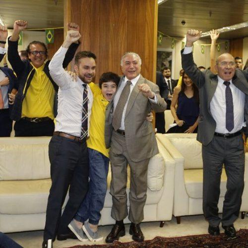 Temer festeja vitória do Brasil com ministros e servidores do Planalto