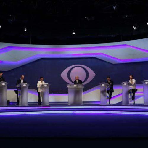 Farpas, alfinetadas e afagos marcam primeiro debate entre presidenciáveis