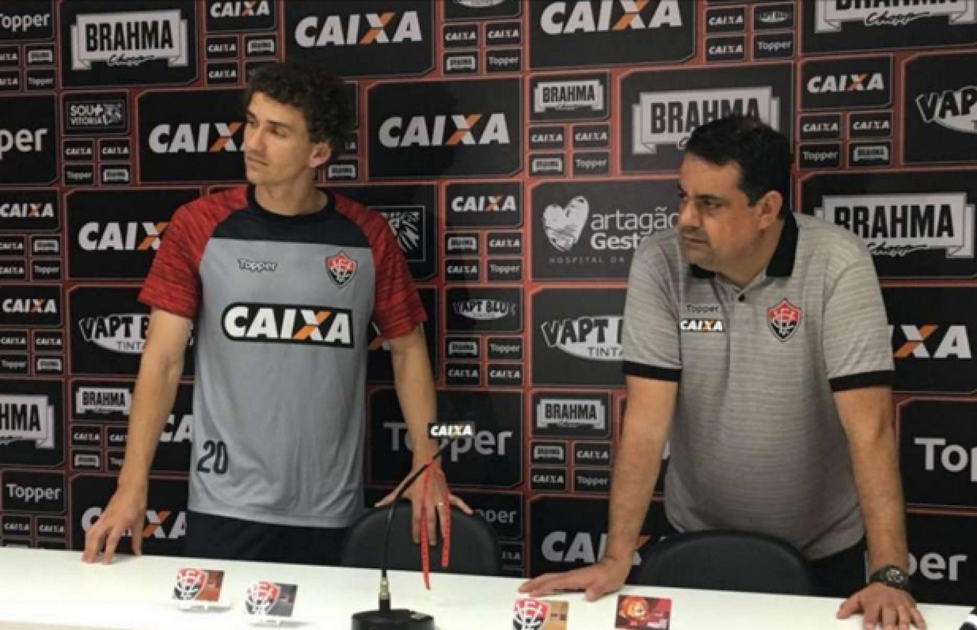 Lateral Fabiano é apresentado pelo Vitória e comemora acerto com o Rubro-Negro