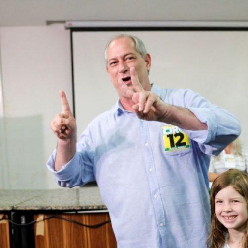 Ao votar, Ciro Gomes diz que está livre para fazer o gol e Haddad, em impedimento