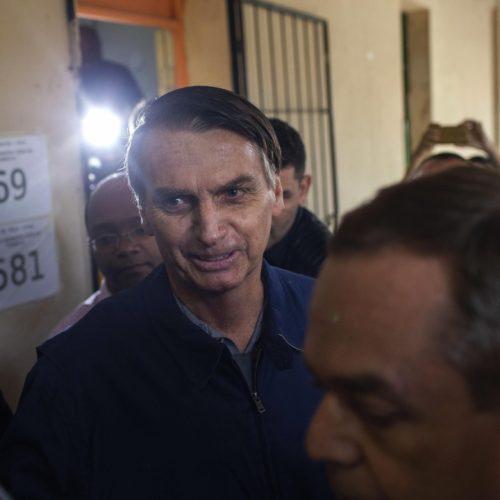 Bolsonaro vota na vila Militar no Rio e sugere vitória no primeiro turno