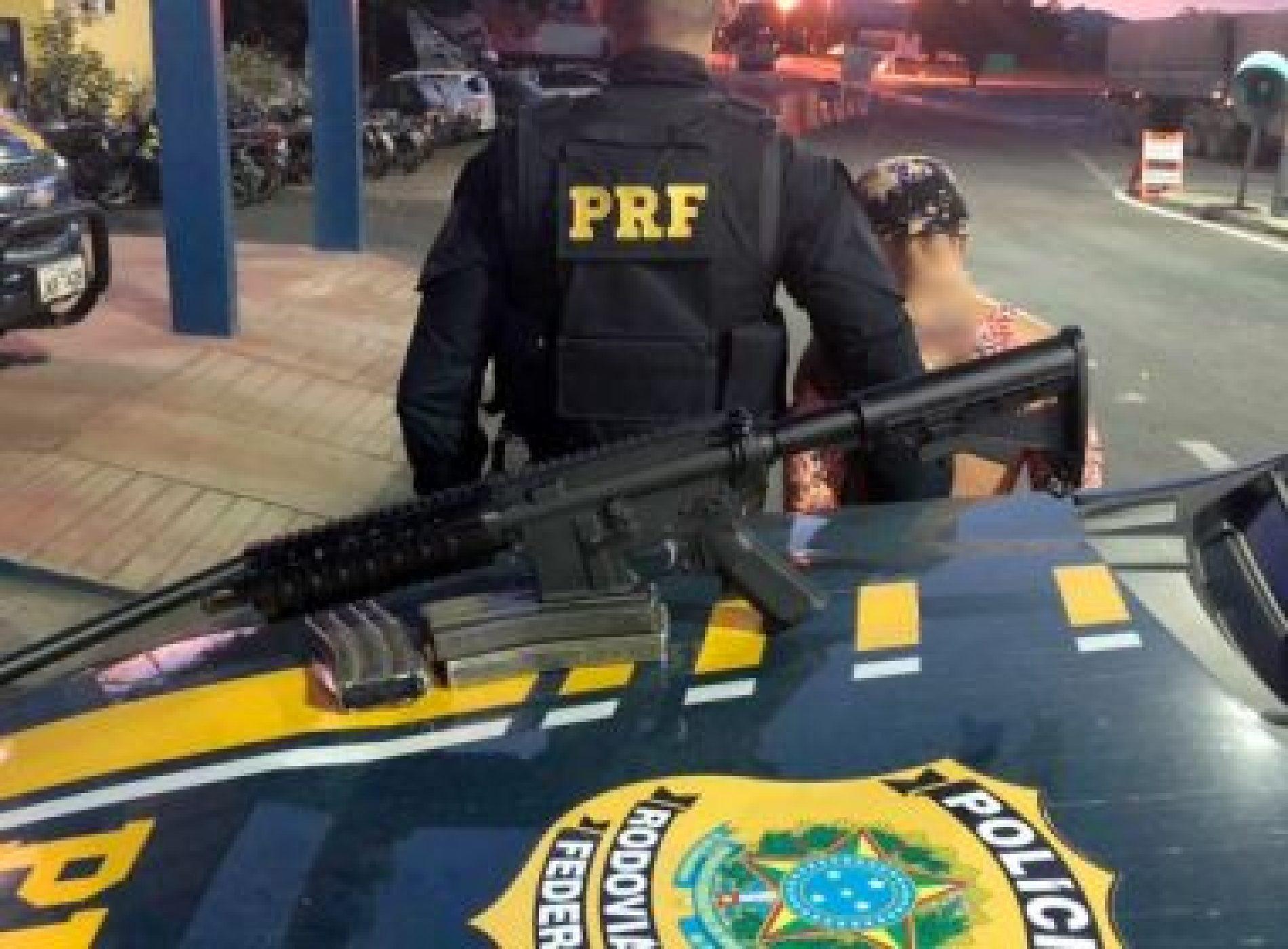 Mulher é presa com fuzil AR-15 dentro de ônibus em Itaberaba