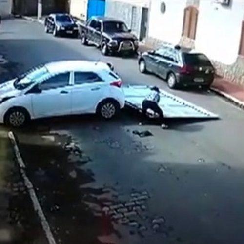 Carro desce sozinho de garagem e atropela casal de idosos; veja vídeo