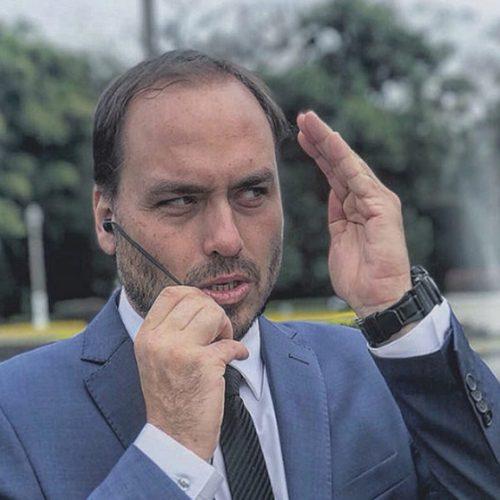 """Filho de Bolsonaro diz que imprensa ataca seu pai e faz """"mimimi"""""""