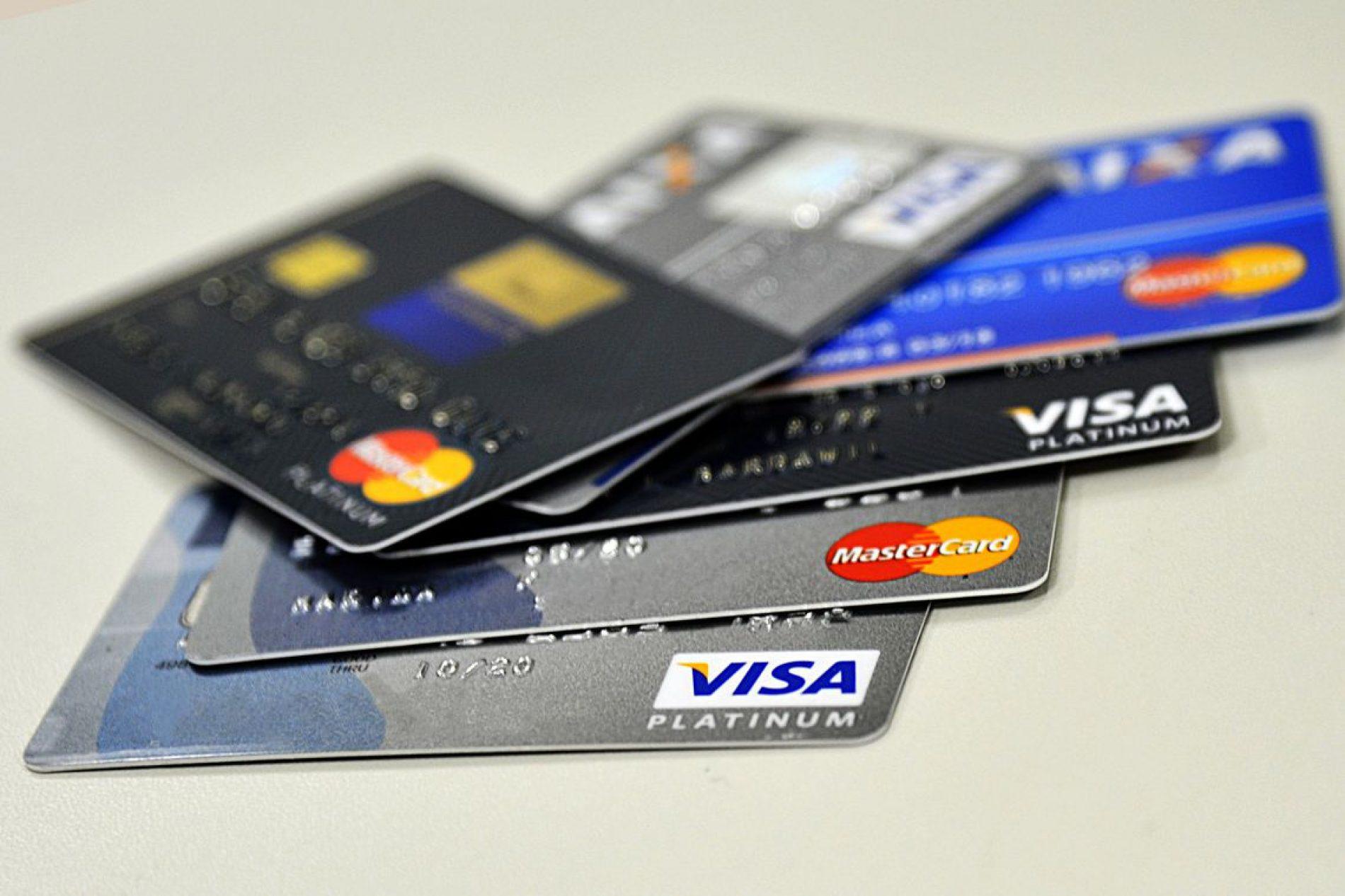 Juros do rotativo do cartão de crédito caem para 275,7% ao ano