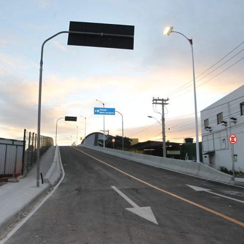 Viaduto que liga Rua das Locadoras à Estrada do Coco é liberado