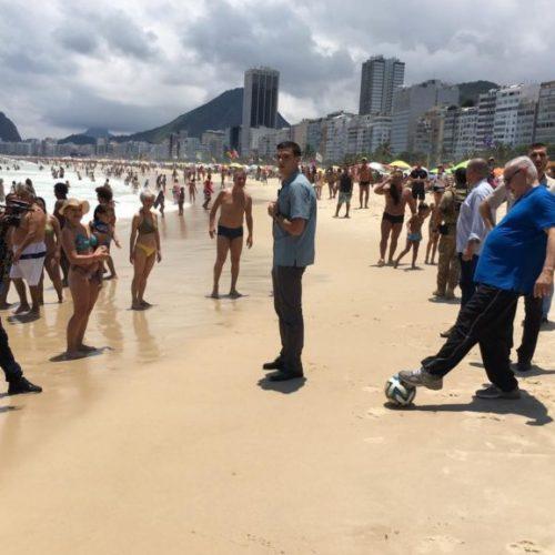 """Em dia de """"folga"""" no Rio, Netanyahu joga bola e bebe cerveja na praia"""