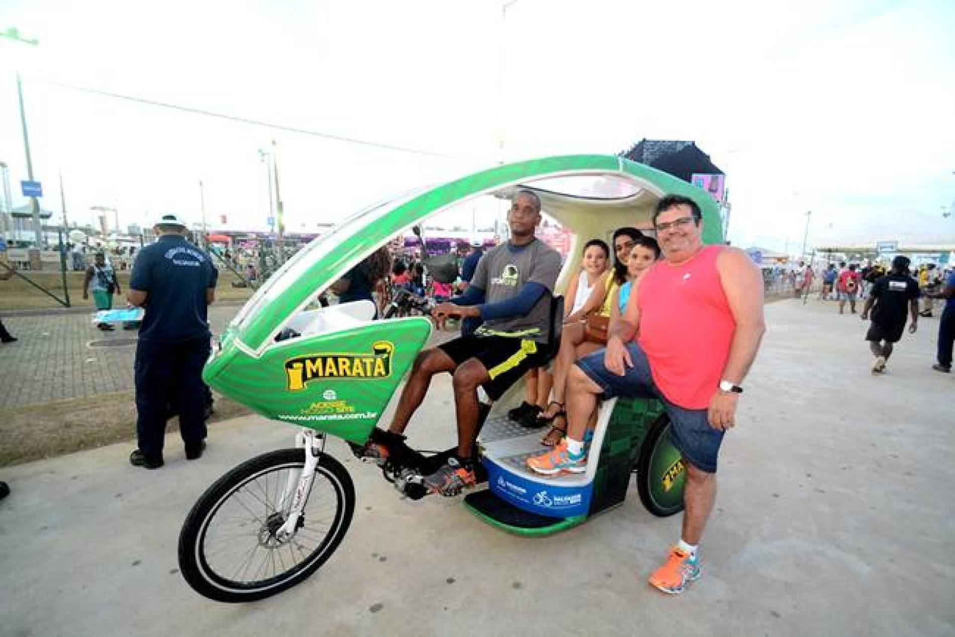 Triciclos são opção de locomoção na Orla da Boca do Rio