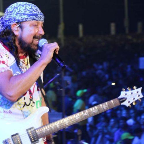 Ao som de velhos sucessos, Bell Marques agita público na Boca do Rio