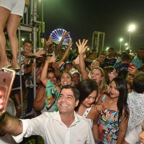 ACM Neto curte parte do Festival Virada Salvador no meio do povo