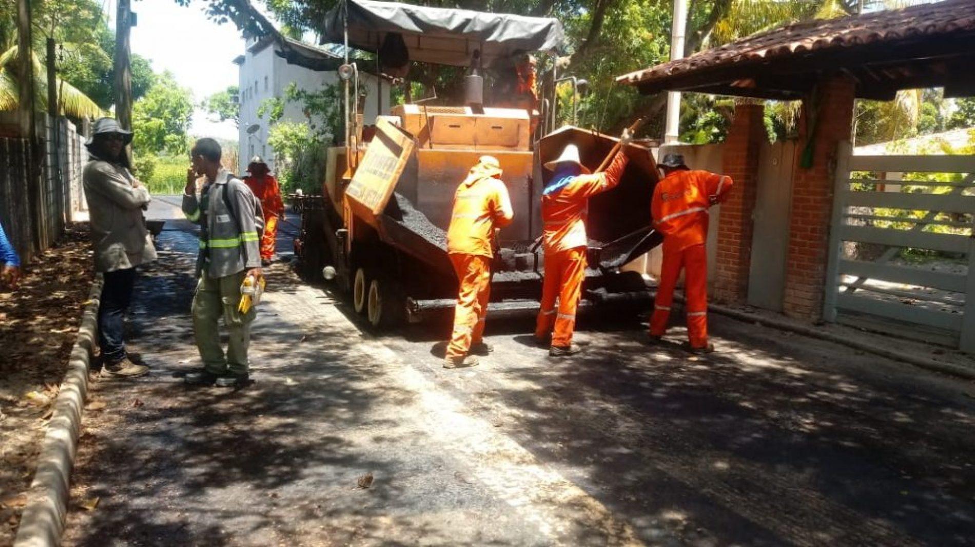 Camaçari: Ruas de Areias recebem serviço de pavimentação asfáltica