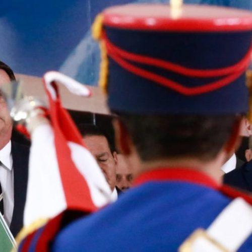 Villas Bôas chora e recebe abraço de Bolsonaro na entrega do cargo