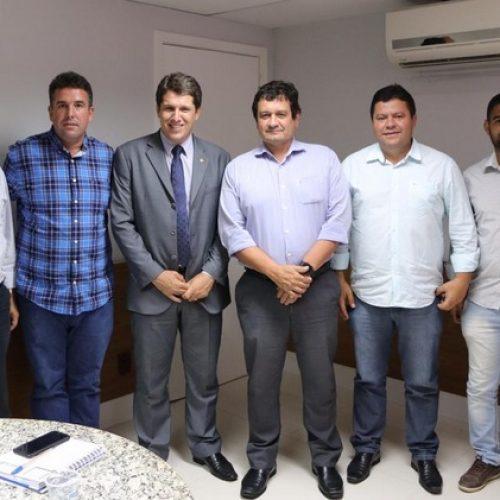 Zé Cocá leva prefeitos de Lafaiete e Jitaúna a Embasa para discutir problemas no abastecimento de água