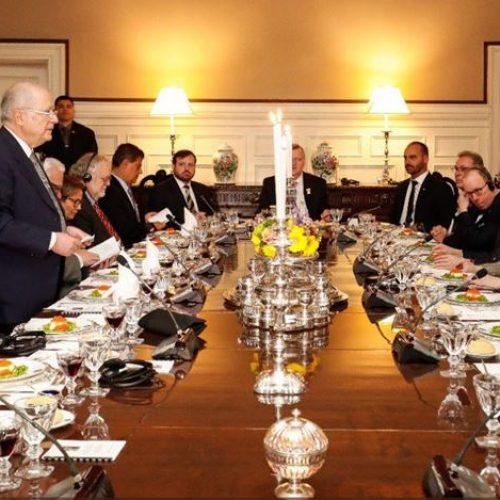 Bolsonaro posta foto ao lado de Olavo de Carvalho nos Estados Unidos